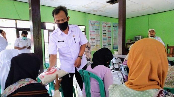 Jurnalis Kendal Sumbangkan Sembako kepada Warga Terdampak Virus Corona