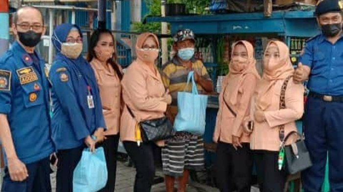 Damkar Sambangi PKL Mijen Semarang  Dulu Disemprot Air, Sekarang Diberi Sembako