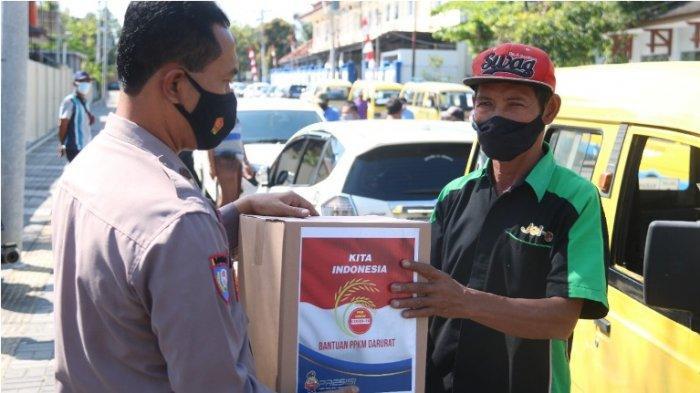 Sopir Angkutan Kena dampak PPKM, Polres Karanganyar Bagikan Paket Sembako untuk Ringankan Beban