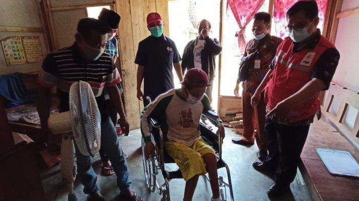 PMI Banyumas Serahkan Alat Bantu Jalan dan Kursi Roda untuk Warga Kurang Mampu