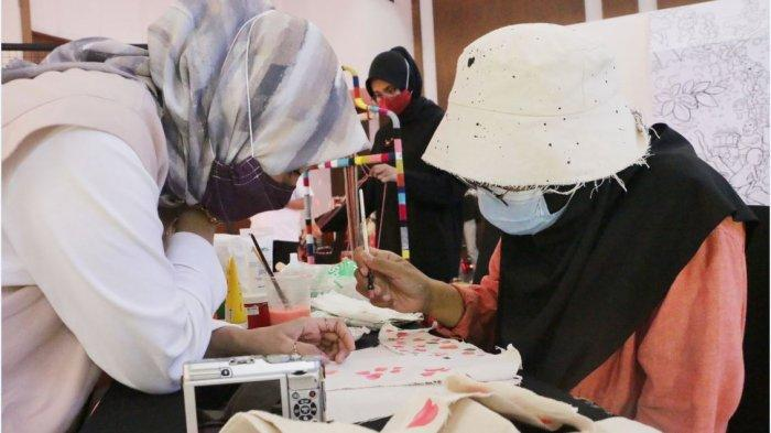 Pengunjung melihat sejumlah karya dalam acara BIMTEK EKONOMI KREATIF yang berlangsung di Merapi Ballrom Hotel Grasia, Semarang, Rabu (2/12/20). Acara ini dimeriahkan oleh 10 kreator Kriya ternama di Semarang. Lebih dari 10 seniman visual dan lukis. Karya kolaborasi 6 sub sektor yakni film dkv , kriya animasi, aplikasi, musik dalam satu event dan menampilkan hasil karya dari para pelaku kreatif kota semarang. Untuk mencegah penularan Covid19 semua pengunjung wajib menerapkan Tiga M. Kegiatan ini di live streamingkan di kanal youtube disbudparkotasemarang.