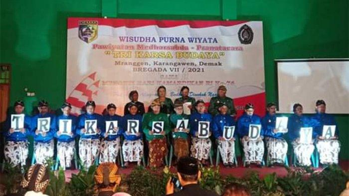 PANEMBRAMA  - Sejumlah tilas siswa (wisudawan angkatan sebelumnya) menyajikan Panembrama di panggung dalam acara Wisudha Purna Wiyata, Pawiyatan Medharsabda-Pranatacara