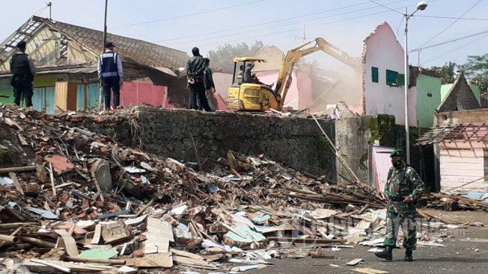 Pemkab Batang Ratakan Bangunan Bekas Pangkalan Truk Banyuputih