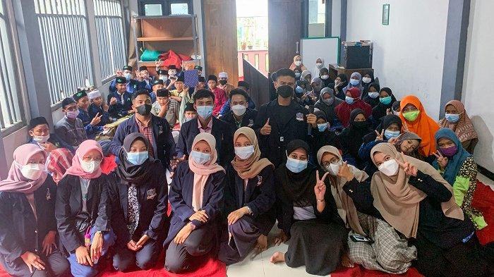 Panitia acara dari Himpunan Mahasiswa Farmasi (HIMFA) UHB berfoto bersama petinggi dan anak-anak yayasan Pondok Pesantren Sholech Sholechah