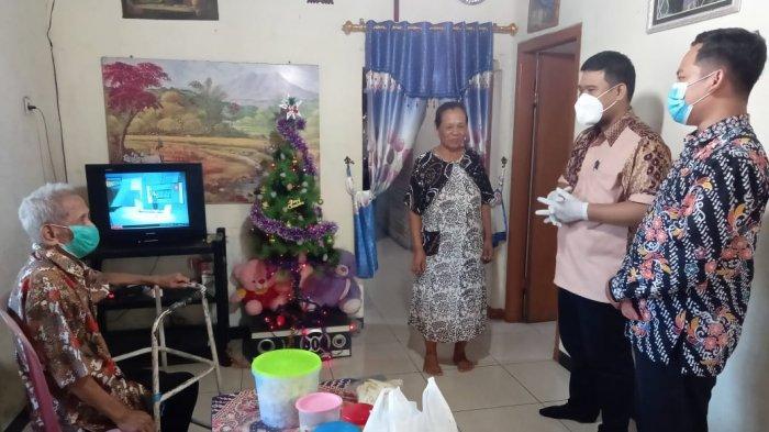 GITJ Karanglegi Pati Berikan Paket Sembako pada Para Lansia di Natal 2020