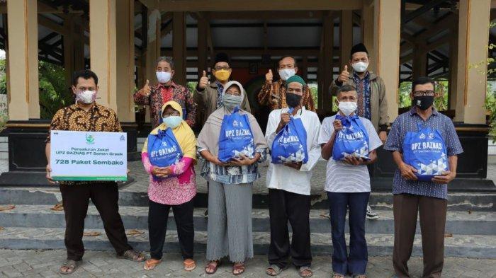 Para mustahik atau penerima zakat berfoto bersama dengan tim Unit Pengumpulan Zakat (UPZ) PT SG