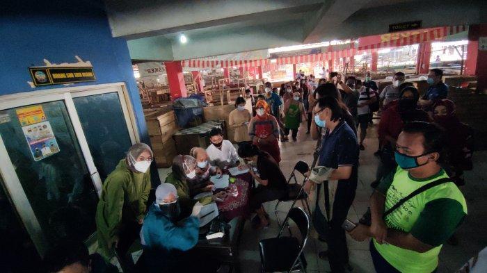 Pedagang Pasar Wage Purwokerto Ikuti Program Vaksinasi Keliling