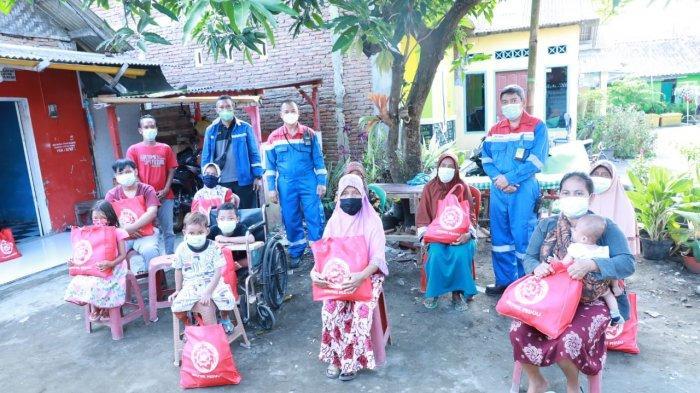 Para pekerja PT Kilang Pertamina Internasional (KPI) Unit Cilacap yang tergabung dalam Serikat Pekerja Pertamina Patra Wijayakusuma (SPPPWK) membagikan paket sembako untuk masyarakat terdampak.