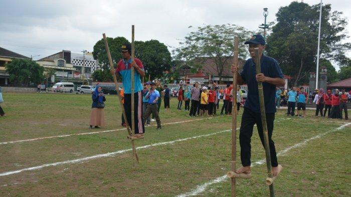 Hut Ke 48 Korpri Banyumas Gelar Lomba Permainan Tradisional Egrang Dan Bakiak Tribun Jateng