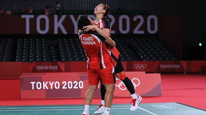Pasangan ganda putri Indonesia, Greysia Polii/Apriyani Rahayu, melakukan selebrasi sesaat setelah memastikan kemenangan pada babak semifinal Olimpiade Tokyo 2020 atas Lee So-hee/Shin Seung-chan (Korea Selatan) di Musashino Forest Sport Plaza, Tokyo, Jepang, Sabtu (31/7/2021).