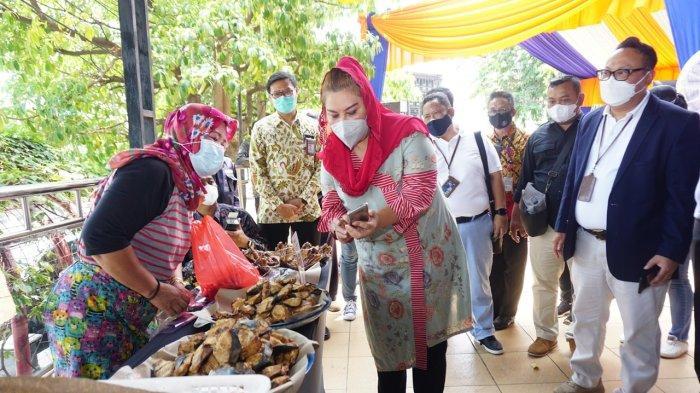 Peluncuran Pasar Bulu Semarang sebagai Pasar Digital oleh Regional CEO BRI Semarang, Bapak Wahyu Sulistiyono bersama dengan Wakil Walikota Semarang, Ibu Hevearita G. Rahayu pada Rabu (07/10) pagi.