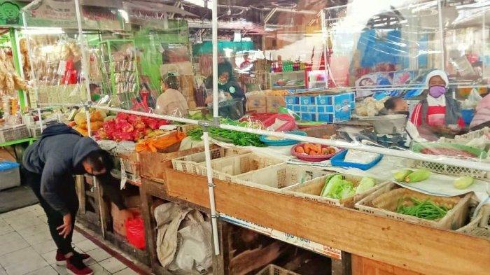 Kini Pasar Gede Solo Diberi Pembatas Plastik, Penjual Masih Keluhkan Sepi Pengunjung