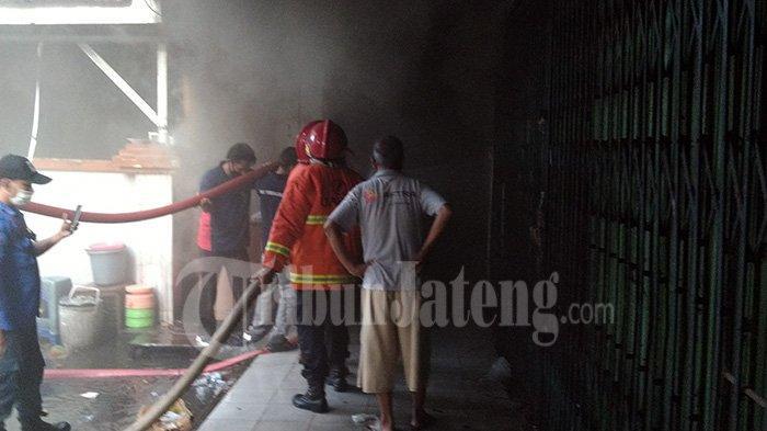 Pasar Kliwon Kudus terbakar dari salah satu kios fashion 16 Februari 2021 sekitar pukul 16.00.