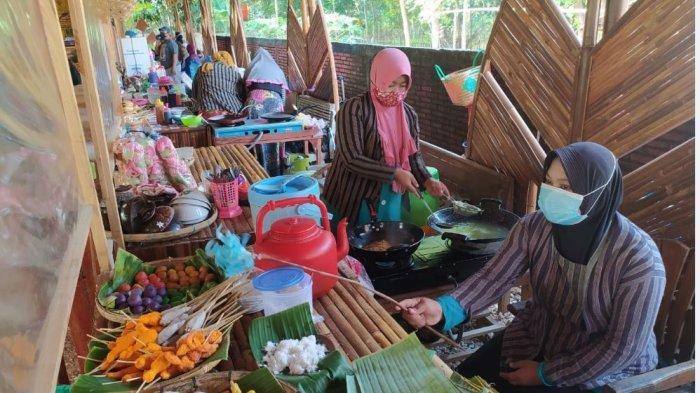 Pasar Mbrumbung di Desa Banggi, Kecamatan Kaliori, Kabupaten Rembang.
