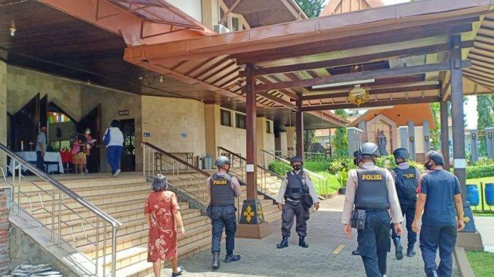 Kepolisian dari Polresta Banyumas saat melakukan penjagaan yang lebih ketat dan patroli di gereja Katedral Purwokerto, pada Minggu (28/3/2021).