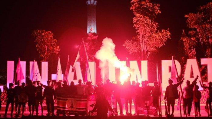 Patifosi Rayakan HUT ke-70 Persipa Pati: Berdoa Bersama di Alun-alun dan Nyalakan Flare