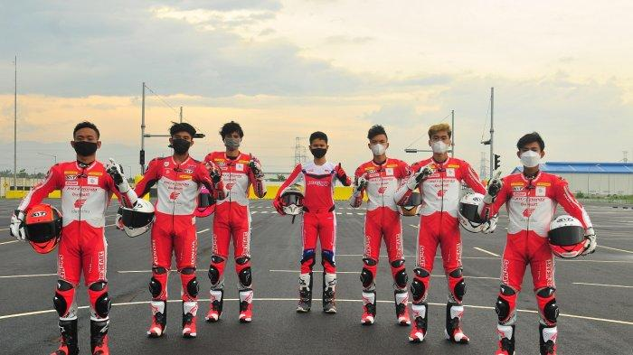 Para pebalap Astra Honda Racing Team siap mengharumkan nama Indonesia di berbagai ajang kompetisi balap bergengsi tahun 2021. (Kiri Kanan): Rheza Danica Ahrens, Mario Suryo Aji, Irfan Ardiansyah, Delvintor Alfarizi, M. Adenanta Putra, Herjun Atna Firdaus, Lucky Hendriansya.