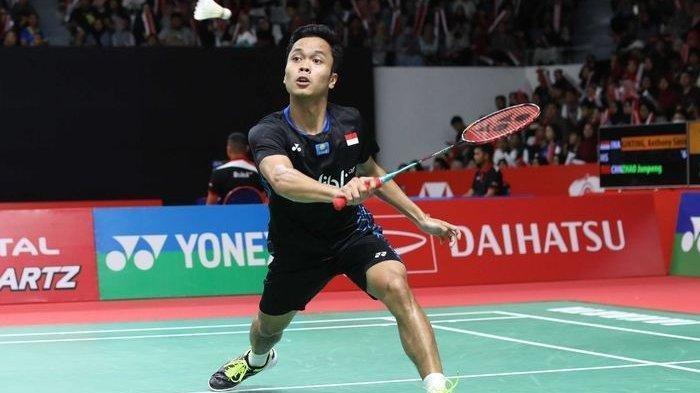 Pebulu tangkis tunggal putra Indonesia, Anthony Sinisuka Ginting, mengembalikan kok ke arah Zhao Jun