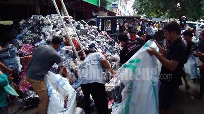 Kepanikan pedagang Pasar Kliwon Kudus lemparkan barang dagangan ke jalan, rawan dijarah orang.