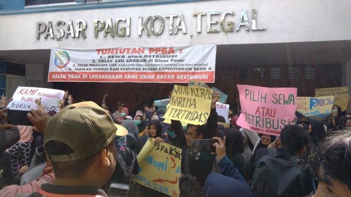 Pedagang Pasar Pagi Blok A Kota Tegal Demonstrasi Tolak Kenaikan Retribusi dan Arogansi Petugas