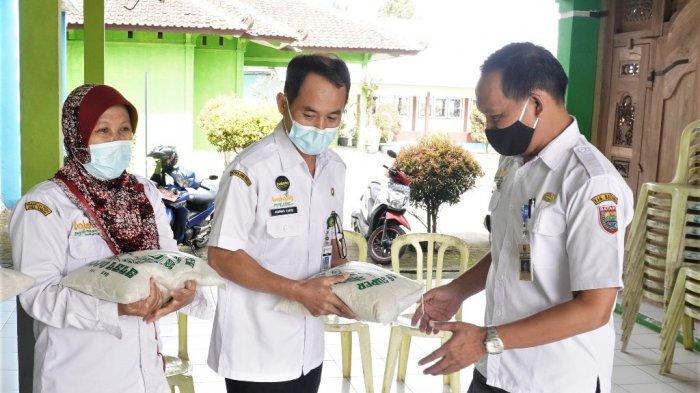 Peduli Sesama, Diskominfo Batang Berikan 20 Kantong Beras Untuk Warga Isoman
