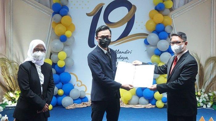 Pejabat periode baru UHB resmi dilantik oleh Ibu dr. Pramesti Dewi, M.Kes (Rektor UHB) dan Bapak Yadi Fakhruzein Terang Jaya, S.E, M.M (Pembina Yayasan Pendidikan Dwi Puspita)