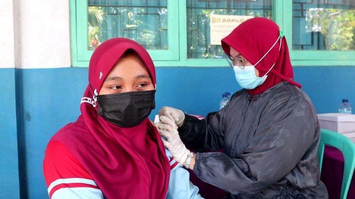Pelajar di SMPN 1 Ampelgading, Kabupaten Pemalang saat mengikuti vaksinasi Covid-19 di halaman sekolah setempat.