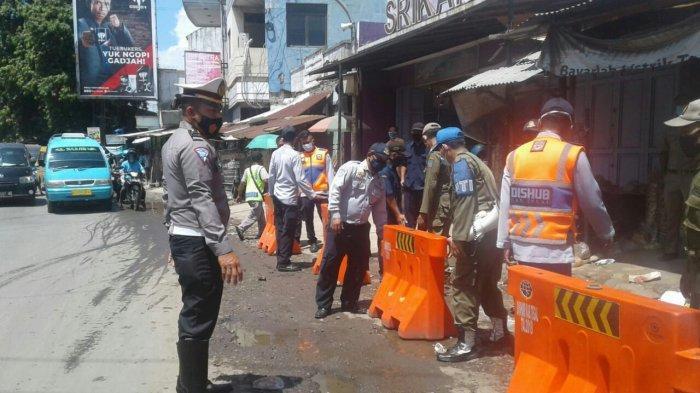 Kembalikan Fungsi Bahu Jalan di Pasar Banjaran Adiwerna, Satlantas Polres Tegal Pasang Water Barrier