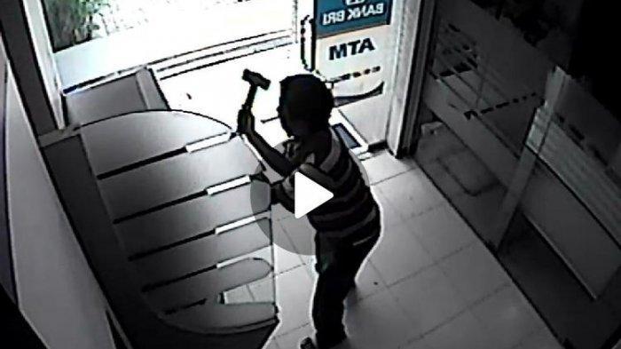 Seorang Pria Terekam CCTV Pukuli ATM Pakai Palu, Polisi: Dia Tidak Ambil Uang