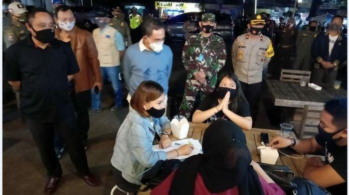 Bupati Pati Haryanto Berpatroli Malam, Tegur Setiap Warga yang Tak Pakai Masker