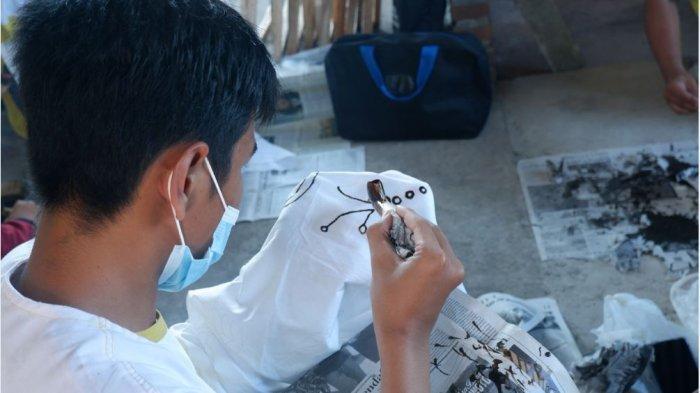 Salah seorang peserta pelatihan Batik di Desa Gondangmanis, Kecamatan, Bae, Kabupaten Kudus. Pelatihan ini difasilitasi oleh Tere Batik.
