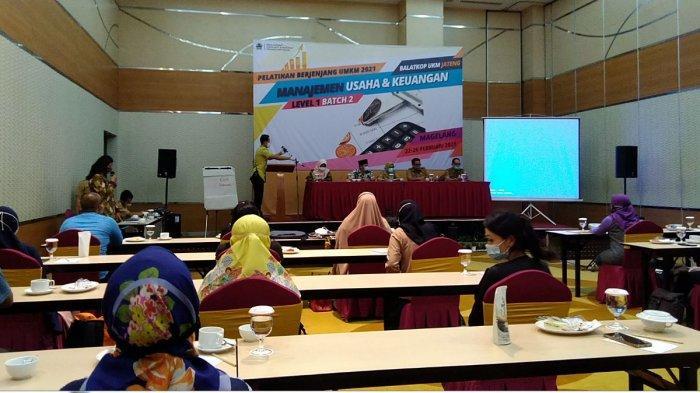 Pelatihan manajemen usaha dan keuangan kepada para pelaku UMKM oleh Balatkop UMKM Jawa Tengah di Magelang, Minggu (28/2/2021).