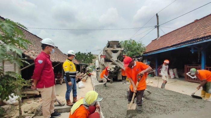 Pelibatan masyarakat dalam proses pengecoran jalan Desa Tegaldowo melalui Forum Masyarakat Madani.