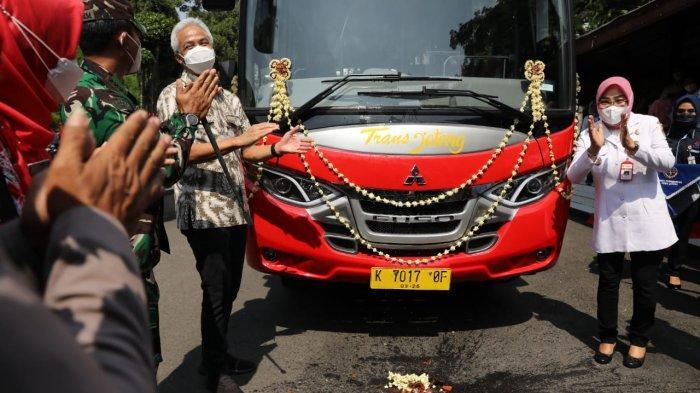 Gubernur Jawa Tengah, Ganjar Pranowo, meresmikan peluncuran layanan Bus Rapid Transit (BRT) Trans Jateng rute Semarang-Godong, di halaman Pendopo Grobogan, Rabu (13/10/2021).
