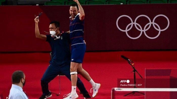 Pemain Guatemala Kevin Cordon merayakan dengan seorang pelatih setelah kemenangannya atas pemain Belanda Mark Caljouw dalam pertandingan babak 16 besar bulu tangkis tunggal putra selama Olimpiade Tokyo 2020 di Musashino Forest Sports Plaza di Tokyo pada 29 Juli 2021.