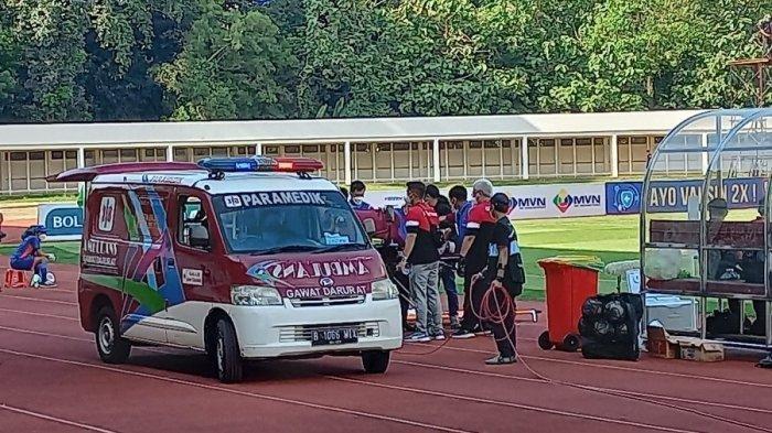 Pemain Madura United Kevy Syahertian Dilarikan ke RS Setelah Benturan Keras dengan Bek PSS Sleman