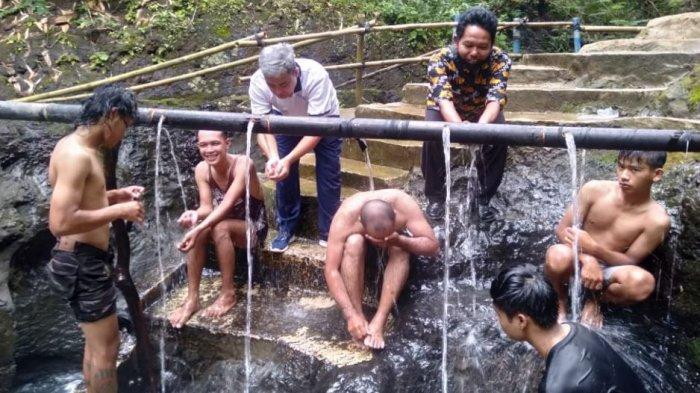Unik, Pemandian Air Panas di Gumelem Banjarnegara masih Tradisional dengan Pancuran Bambu