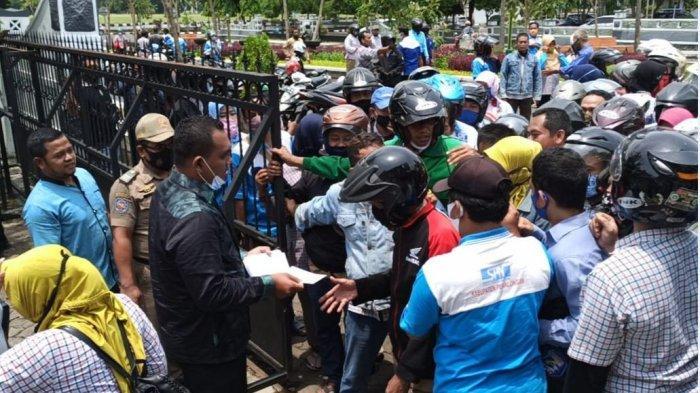 Anggota DPRD Kabupaten Pekalongan Bagi-bagi Uang di Tengah Demo Ratusan Korban PHK