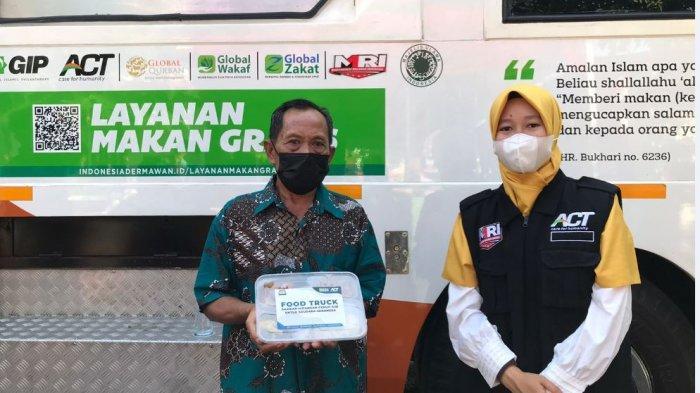 Pembagian paket makanan dari ACT kepada peserta vaksinasi di Sentra Vaksinasi Sukowati, Senin (20/9/2021).