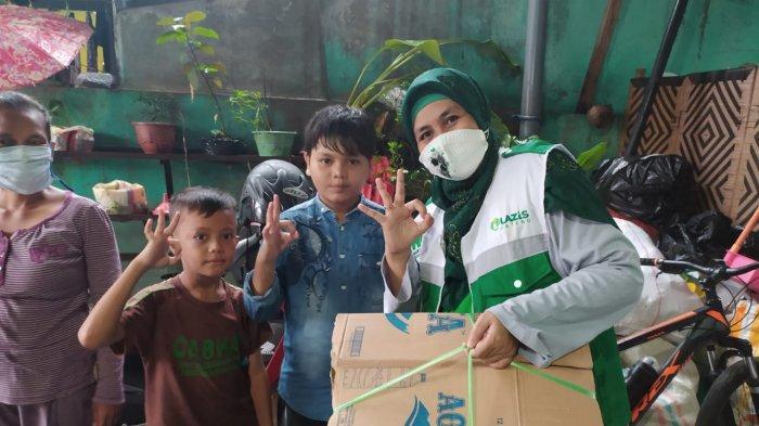 Emak-Emak Semarang Bagikan Paket Mini Sembako Hasil Donasi Sampah