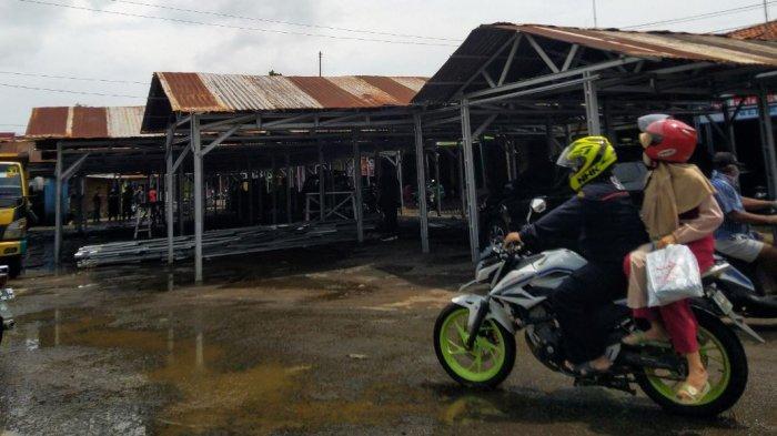 Pembangunan relokasi pasar darurat Weleri di eks terminal usai terbakar, Jumat (5/2/2021).