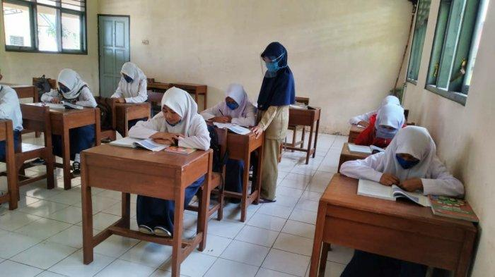 Siswa Masuk Sekolah dengan Jadwal Bergantian saat Pandemi