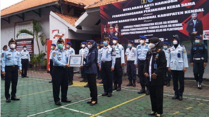 Pemberian piagam penghargaan zona bebas narkoba oleh BNN kepada Lapas Kelas IIA Kendal, Kamis (1/4/2021).