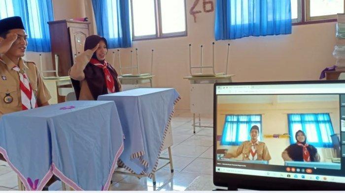 Pembina dan anggota pramuka pangkalan SD IT Annida Kwartir Ranting Gerakan Pramuka Sokaraja saat berlatih pramuka walaupun dilaksanakan secara virtual, Minggu (29/8/2021).