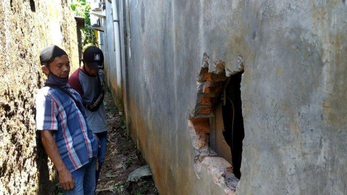 Pihak kepolisian saat memeriksa pembobolan mesin ATM terjadi di Indomaret Plalangan, Gunungpati, Kota Semarang, Sabtu (18/9/2021).