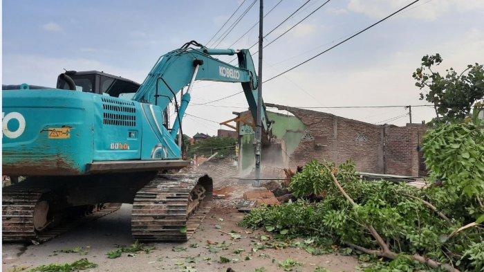 Satpol PP Kota Semarang merampungkan pembongkaran bangunan liar di bantaran Kali Es, Kamis (1/7/2021).