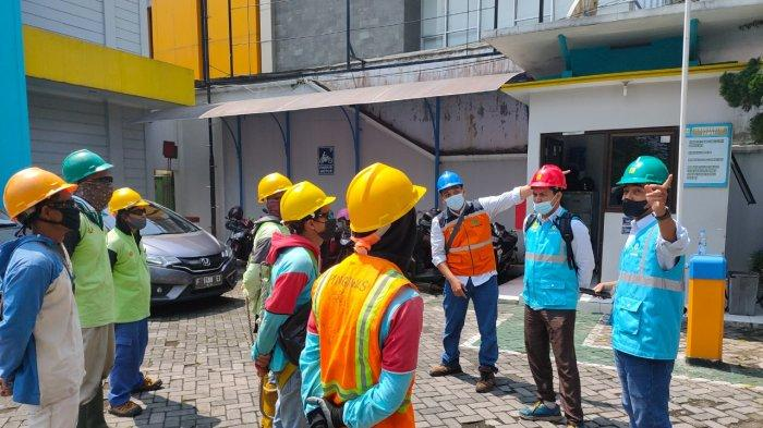 PLN Unit Layanan Pelanggan Magelang Kota melakukan pemeliharaan jaringan listrik di sekitar Jl Ahmad Yani dan Jl Tentara Pelajar di wilayah Kota Magelang, pada Selasa (28/9/2021)