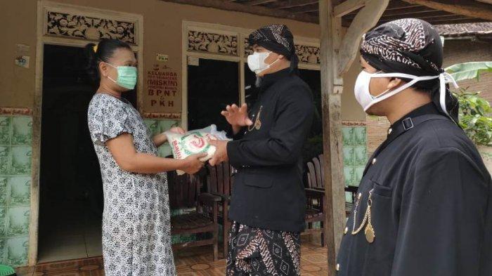 Panen dari Tanah Bengkok, Pemdes Ngagel Pati Bagi-bagi Beras ke Seluruh Warga