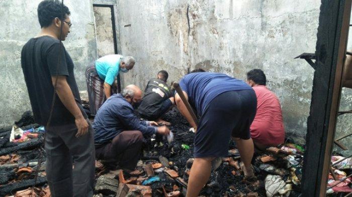 Pemilik rumah beserta tetangga mencari barang yang masih bisa diselamatkan di antara barang-barang lain yang hangus usai kebakaran rumah di Banyumanik, Kota Semarang, Jumat (16/4/2021) pagi.