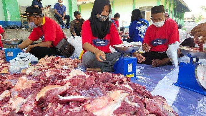 Pemotongan hewan qurban yang dilakukan Pertamina MOR IV di RPH Semarang dan pembagian daging hewan qurban kepada masyarakat sekitar.
